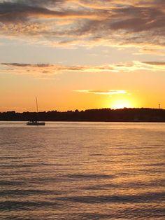 Sonnenuntergang am Anleger Kitzeberg, Heikendorf bei Kiel, 25.06.2014, Kieler Woche   Foto: Birgit Barth   Lizenz: CC BY-SA 3.0 https://creativecommons.org/licenses/by-sa/3.0/deed.de
