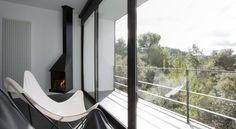 El Consolación no es un hotel con encanto aunque lo tiene y mucho. Tampoco es un hotel rural al uso aunque es innegable que está ubicado en plena naturaleza. Es un hotel de lujo, quizá sí, pero con lujos poco convencionales. Definitivamente es un hotel singular ubicado en uno de los parajes más bellos y desconocidos de España, el Matarraña, una comarca ubicada en Teruel y fronteriza con Castellón y Tarragona.