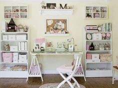 Espacio de trabajo muy romántico, con muebles decapados y rosas.