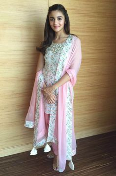 Alia Bhatt 2016 New Wallpapers) Indian Attire, Indian Wear, Indian Dresses, Indian Outfits, Stylish Dresses, Nice Dresses, Alia Bhatt Cute, Alia And Varun, Kurti Designs Party Wear