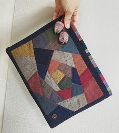Crochet ideas that you'll love Crazy Patchwork, Patchwork Bags, Quilted Bag, Purse Patterns, Quilt Patterns, Aplique Quilts, Handmade Bags, Paper Piecing, Beaded Earrings
