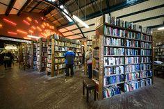 """Barter Books – Alnwick, Reino Unido. Ubicada en una estación de tren victoriana en un pueblecito de Inglaterra, es un lugar propicio para la historia. Esta librería de segunda mano abrió sus puertas en 1991 y es curiosa porque se pueden intercambiar libros en ella. Si os suenan los famosos posters de la II Guerra Mundial del """"Keep Calm and Carry On"""", que sepáis que se descubrieron aquí en una caja de libros antiguos comprados en una subasta y desde entonces se han convertido en todo un…"""