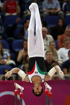 El mexicano Daniel Corral en la final de barras paralelas masculinas. EFE