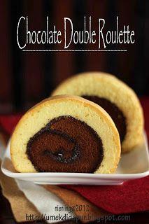 Astuce double gâteau roulé. Deux génoises. Une génoise chocolat recouverte de chocolat, dans une autre génoise - Double Roll Cake
