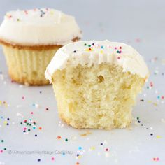 This recipe for Sprinkles Copycat Vanilla Cupcakes with vanilla icing is even better than the original! Moist, dense cake that is packed with vanilla flavor Pancake Cupcakes, Cinnamon Cupcakes, Sprinkle Cupcakes, Vanilla Cupcakes, Cupcake Cookies, Heart Cupcakes, Valentine Cupcakes, Vanilla Icing, Cupcake Art