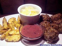 Reis-Hackfleischbällchen mit Kartoffelspalten, Preiselbeersauce und Gurkensalat - #Rezept