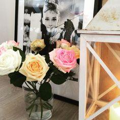 """HomeStylingInspiration op Instagram: """"Audrey Hepburn and colourful roses! #homestylinginspiration #home #homedeco #homeinspo #homeinspiration #homestyling #homestylinginspo #homestylingideas #homestylingtips #homesweethome #homedecoration #homedecorating #homedecor #instadecor #inspiration #instahome #interior #instainterior #decor #interiordesign #audreyhepburn #roses"""""""