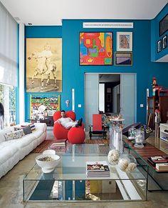 O arquiteto Leo Romano construiu uma casa de 375 m² com espaço para todos os seus hobbies. Ele cria pavões soltos no jardim e coleciona poltronas e cadeiras de design. Na decoração, tons intensos nas paredes, para receber seu acervo de obras de arte. Destaque para os quadros, que vão até o teto com pé-direto altíssimo