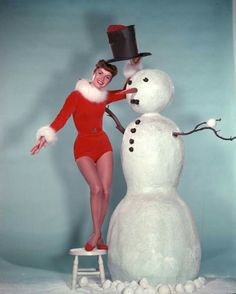 Debbie Reynolds and Snowman Christmas in Old Hollywood photo Noel Christmas, Retro Christmas, Christmas And New Year, All Things Christmas, Christmas Trivia, Christmas Outfits, Vintage Christmas Photos, Vintage Holiday, Christmas Pictures
