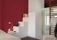 Geef je slaapkamer een warme en intieme sfeer met een rode wand. Kleurgebruik in deze slaapkamer: Lush rose. Pure by Flexa Colour Lab® is een speciaal door onze kleurspecialisten ontworpen verflijn van de hoogste kwaliteit, met een bijzonder palet van prachtige tijdloze kleuren die alle zintuigen strelen.