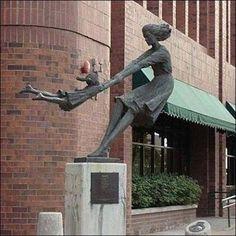 Mama e hija juguetonas, Salt Lake City (Utah) (Estados Unidos)  Esta estatua hermosa y sorprendente se encuentra fuera de un edificio, en Salt Lake City, Utah que representa a una madre que hace pivotar su hija dando vueltas y vueltas.
