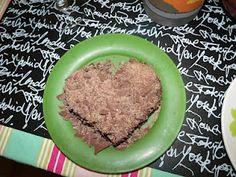 Bolo de chocolate com recheio de bicho de pé e coberto com raspas de chocolate bem fininhas
