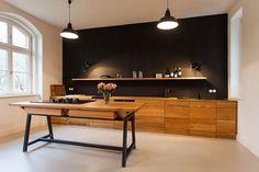 black wall in the kitchen (via bubkevitz)