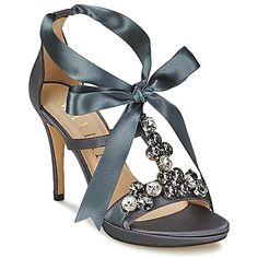 Quando a marca Marian decide criar uma sandália cinzenta, só queremos adicioná-la rapidamente à nossa coleção! Fabricada…