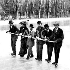 Los reyes de España Alfonso XIII y Victoria Eugenia patinando en el estanque helado de la Casa de Campo en 1910. Archivo del diario ABC