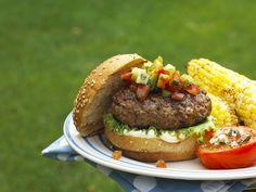 Hamburger mit Gemüse-Salsa und Maiskolben - smarter - Zeit: 40 Min. | eatsmarter.de