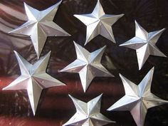 Carol you can make them with pop cans and I can make them with beer cans :) How to Make Silver and Gold Tin stars from soda cans. **Tutorial added page - OCCASIONS AND HOLIDAYS Aluminum Can Crafts, Aluminum Cans, Metal Crafts, Recycled Crafts, Recycled Clothing, Recycled Fashion, Metal Projects, Art Projects, Tin Can Art
