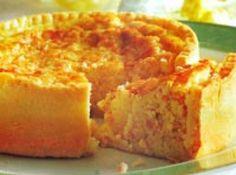 Receita de Quiche lorraine - Massa, 300 g de farinha de trigo, 1 colher (sopa) de amido de milho, 1 colher (chá) de sal, 1 pitada de fermento em pó, 150 g de manteiga sem sal gelada, 1 ovo grande, 1 colher (sopa) de creme de leite, Recheio, 150 g de bacon picado, 120 g de presunto cozido bem picado, 150 g de queijo prato ralado grosso, cobertura, 3 ovos, 300 ml de creme de leite fresco, sal e pimenta branca e noz-moscada a gosto