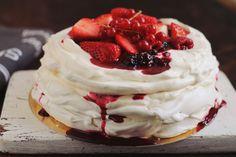 pavlova adi hadean Romanian Desserts, Mini Pavlova, Eastern European Recipes, Desert Recipes, Delicious Desserts, Cake Recipes, Sweet Treats, Deserts, Good Food