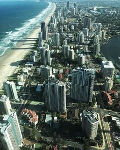 travelwithdino ☑️: Hey friends!! Last weekend I went on a day trip to the #GoldCoast from #Brisbane ! Nice and easy... took a 1 hr train ... then a short bus to Surfers Paradise  It was so hot tho... I think it got to like 37 that day  Do you have any plans for this weekend? Travelwise? ✈️ ••••••••••••••••••••••••••••••••••••••••••••••••••••••• Un Chileno Patiperro ☑️: Hola amigos! El fin de semana pasado fui de paseo por el día a la Gold Coast en #queensland desde Brisbane. Muy fácil…