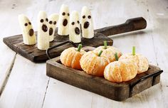 Banana ghosts and clementine pumpkins are just so adorable! It takes less than 5 minutes to prepare these healthy Halloween Treat themed snacks. Plat Halloween, Yeux Halloween, Halloween Fruit, Dessert Halloween, Healthy Halloween Treats, Halloween Food For Party, Halloween Images, Holidays Halloween, Halloween Ideas