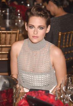 Kristen Stewart no Hollywood Film Awards 2014 Kristen Stewart, Julianne Moore, Robert Douglas, Hollywood, Film Awards, Girls 4, Gray Dress, Foto E Video, Crochet Top