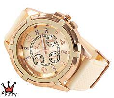 Γυναικείο ρολόι, με κάσα σε ροζ χρυσό και εκρού και κλασσική γραμμή  στο εσωτερικό του. Λουράκι σε εκρού χρώμα από σιλικόνη. Διάμετρος καντράν 44 mm
