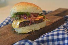 Sommer, grill og burgere! En deilig kombinasjon.  Her har jeg laget en stor porsjon små hamburgere som faller i smak hos både store og små! ...