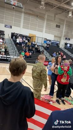 She thought it was a Christmas game they were playing. Then her brother appeared. Stories That Will Make You Cry, Sad Love Stories, Happy Stories, Sweet Stories, Cute Stories, Soldier Surprises, Soldiers Coming Home, Military Homecoming, Human Kindness