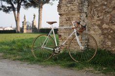 BICI GANNA MODELLO RETRO' SINGLESPEED FIXED  COLORI: BIANCO  PER ULTERIORI INFORMAZIONI SUL PRODOTTO:  http://www.ganna-retro.it/it/1-speed/fixed-gear_6_20.htm