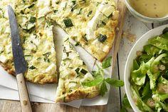 Een frittata is een Italiaanse omelet die je verder in de oven gaart. De combinatie van courgette, munt en feta is overheerlijk. Serveer met een fris...