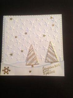 Voilà je continue les cartes de Noēl, fond embossé d'étoiles, sapins dorés, collés sur du rhodoïd et découpés ...et le tout collé en 3D...
