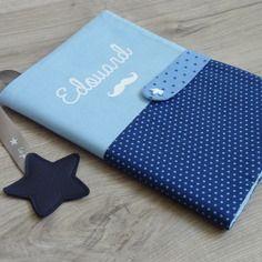 Cadeau de naissance original et personnalisé protège carnet de santé étoiles bleu ciel et bleu marine, pois et étoiles