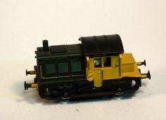 Locomotora dièsel sèrie 281: Maqueta d'un tractor dièsel KF amb sostre negre i cabina groga, a l'igual que alguns detalls de la part dels motors, que és de color verd fosc. Locomotora diésel serie 281: Maqueta de un tractor diésel KOF con techo negro y cabina amarilla, al igual que algunos detalles de la parte de los motores, que es de color verde oscuro.