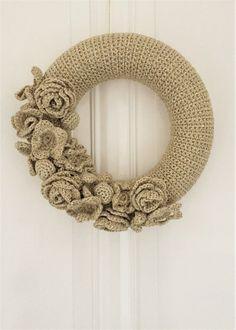 Een vaas van Pols Potten met porseleinen bloemen, een cover van de Mollie Makes en de haaksels van Anne Claire Petit (zie de afbeeldingen o...