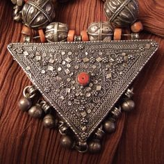 This necklace dates from first half of the 20th century and attests consumed art of the Yemeni craftsmen as regard silver jewellery is concerned.For religious and traditional reasons, the men normaly do not wear  gold and that  brought them to improve for long time their art in silver jewellery.