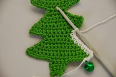 Crochet Christmas tree pattern and tutorial: Let it snow!