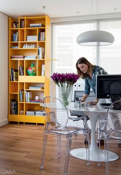 Not only in shape but in color. Check the white and transparent furniture to let the bookcase be the star! Interior Exterior, Arch Interior, Built In Furniture, Furniture Design, D House, Home Office Decor, Interiores Design, Decoration, Decorating Your Home