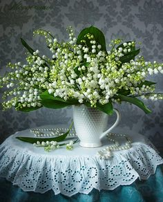 What a stunning bouquet of Lillies of the Valley ✿. Fresh Flowers, White Flowers, Beautiful Flowers, Ikebana, Valley Flowers, Deco Floral, Lily Of The Valley, Flower Art, Flower Power