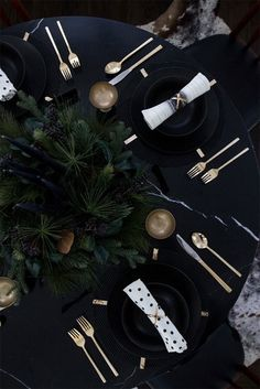 41 Magical Christmas Table Setting Ideas Exquisite all black Christmas with gold little details Table D'or, Table Set Up, Gold Table, Black Table, Diy Table, Dining Table, Black Christmas, Magical Christmas, Christmas Table Settings