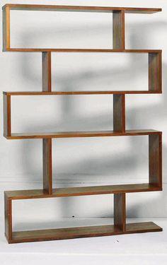 """Öppna planlösningar i all ära – ibland behövs ändå """"ett rum i rummet"""". En luftig bokhylla delar av utan att stänga till."""