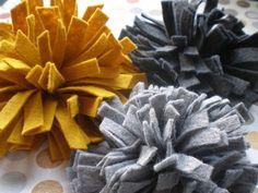 Another felt flower brooch. thanks Maoam Handmade Flowers, Diy Flowers, Fabric Flowers, Paper Flowers, Felted Flowers, Felt Diy, Felt Crafts, Felt Flowers Patterns, Felt Flower Tutorial