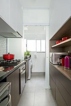 Cozinha | Estreita, tornou-se mais iluminada após a substituição da parede por uma porta de correr, feita de vidro translúcido. Na área molhada, cerâmica Liverpool, da Portobello. No piso, porcelanato Loft SGR, da Portinari (Foto: Edu Castello/Editora Globo)