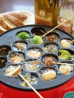 パーティーが一気に盛り上がる! 贅沢にギリシャのオリーブオイルを使って、たこ焼き器でアヒージョ。 クセがなく食材の味を引き立てます。 材料 簡単便利なむきえび※ 120g 菊池鶏の砂ずり※ 100g ロングウインナー※ 1本 きのこ類 1パック ブロッコリー 1/2 にんにく 2片 ギリシャのオリーブオイル※ 約カップ1 海の精あらしお(お好みでハーブソルトまたはペッパーソルト)※ 適量 竹串 作り方 材料はすべて一口大に切ってお皿に盛り付ける。 みじん切りにしたにんにくと塩をたこ焼き器の穴にお好みで入れ、オリーブオイルを約大さじ1程度入れたら電源を入れる。(塩は強めでOK) オイルがクツクツ…