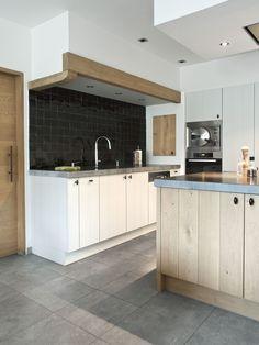 Kitchen Dinning Room, Kitchen Decor, Kitchen Cabinet Design, Kitchen Interior, Dark Grey Kitchen Cabinets, Best Kitchen Designs, Küchen Design, Cool Kitchens, Interior Styling