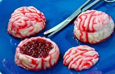 How to Make Zombie Brains Jello Shots. Jello shots are a fun and delicious treat that you can make for any occasion. Raspberry-filled zombie brain jello shots are both tasty and spooky, and they're a great way to celebrate Halloween, World. Halloween Snacks, Plat Halloween, Buffet Halloween, Halloween Jello Shots, Creepy Halloween Party, Hallowen Food, Halloween Goodies, Halloween Cakes, Halloween Zombie