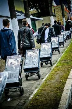 Wooooow... Un gran ejército de siervos de Jehová!>Would love to know more about where all these public witnessing carts were taken. What country? Love it!!! Love our brothers and Jehovah!!!!