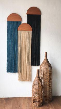 Yarn Wall Art, Yarn Wall Hanging, Wall Hangings, Diy Crafts For Home Decor, Diy Wall Decor, Room Decor, Reclaimed Wood Paneling, Wall Accessories, Boho Diy