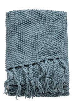 Plaid met gerstekorreldessin: Een zachte plaid van wolmix met een ingebreid gerstelkorreldessin. De plaid heeft franjes aan de korte…