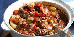 Préparation : Epluchez et émincez l'oignon, puis épluchez et coupez les carottes en rondelle Détaillez la viande en gros cube. Dans une cocotte, faites chauffer l'huile et faites rissoler les morceaux de bœuf. Ajoutez les oignons émincés, l'ail mélangez et saupoudrez de farine. Ajou